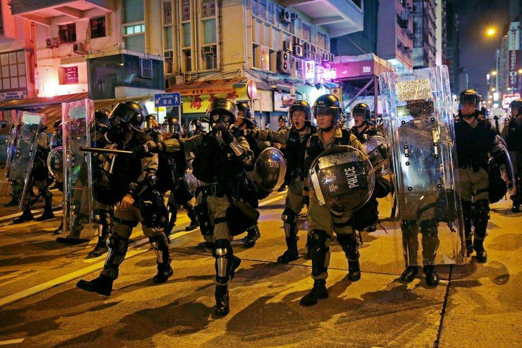 Hong Kong: Police fire tear gas at protestors