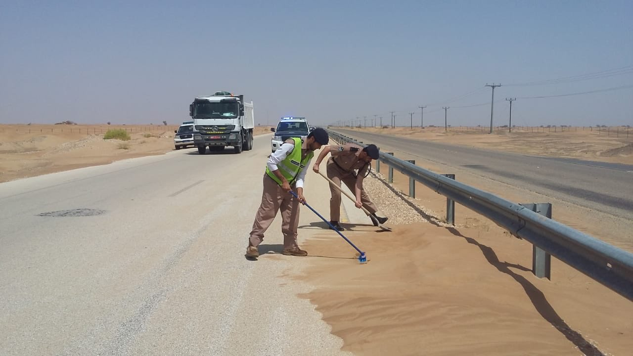 Royal Oman Police lends a helping hand