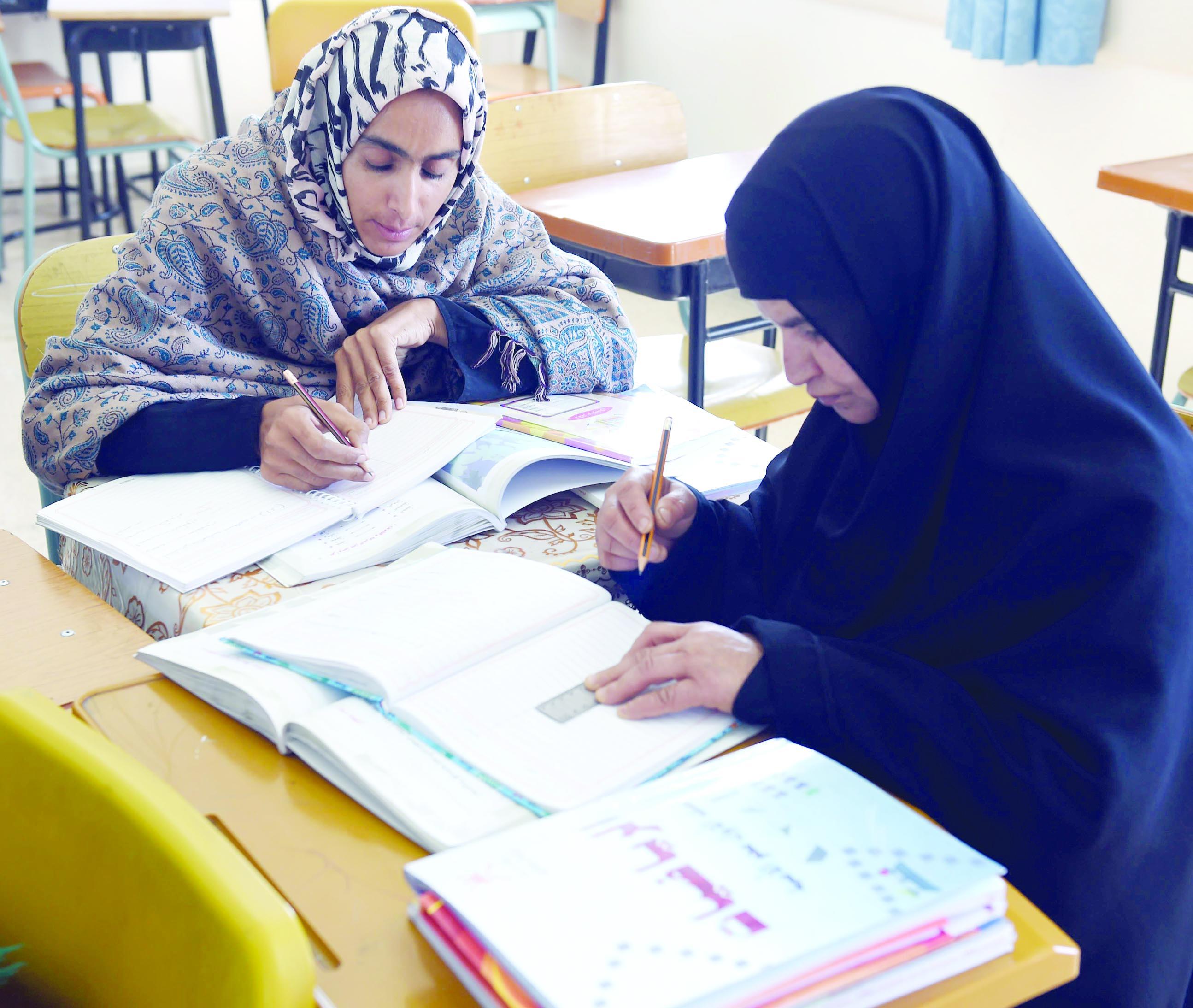 """""""الأمية"""" في السلطنة تتقلص.. التربية تعد مشروع لمحو «أمية» العمانيين بالقطاع الخاص"""