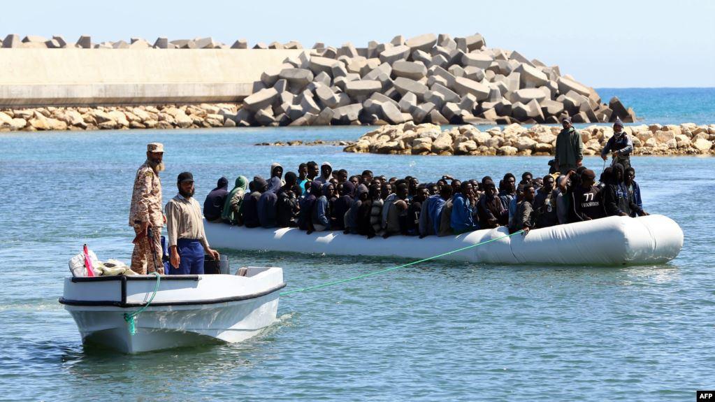 البحرية الليبية تنقذ 53 مهاجرا كانوا على متن قارب مطاطي