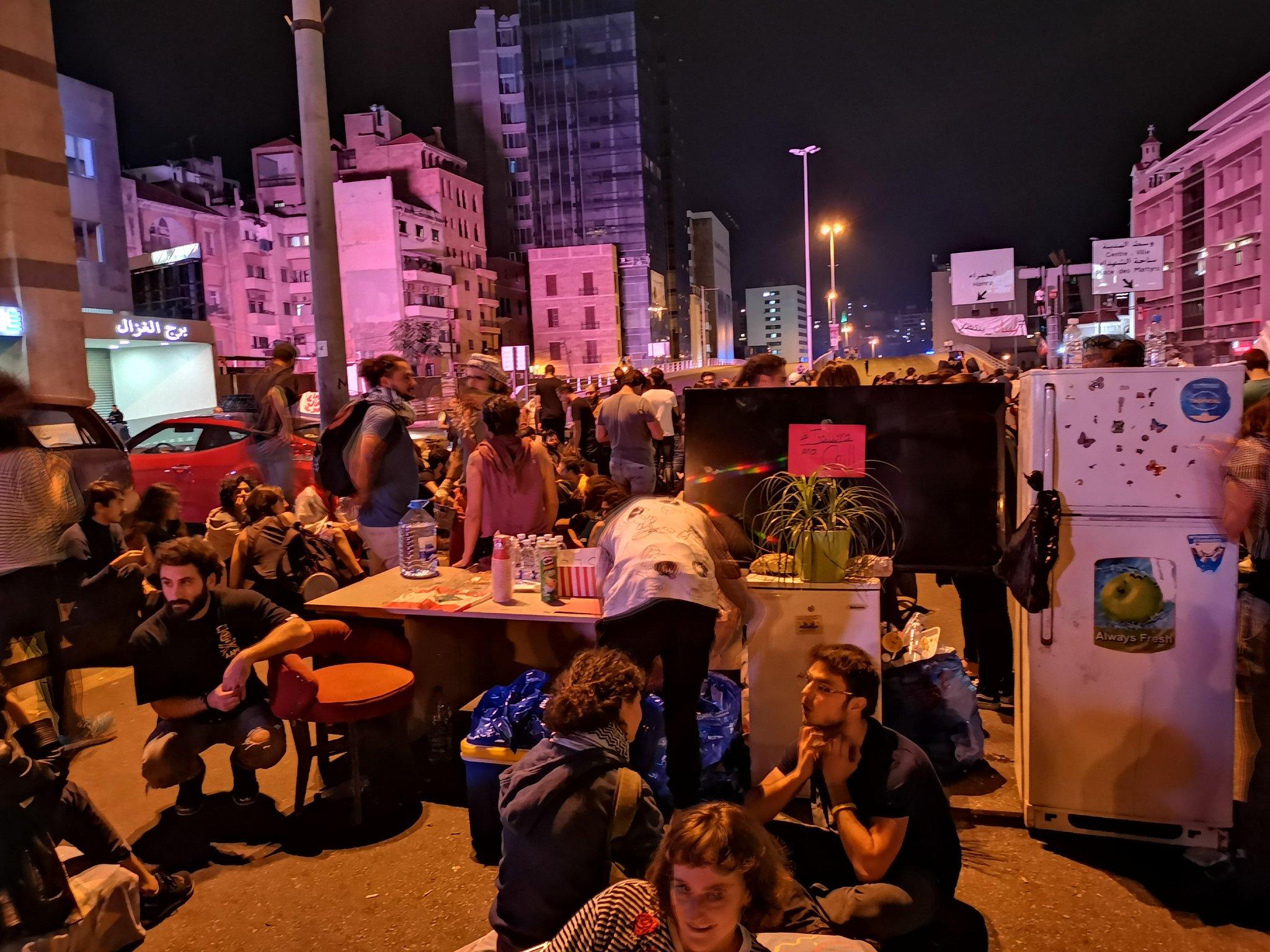 صور.. طريقة جديدة يعتمدها اللبنانيون لإغلاق الطرقات خلال الحراك الشعبي