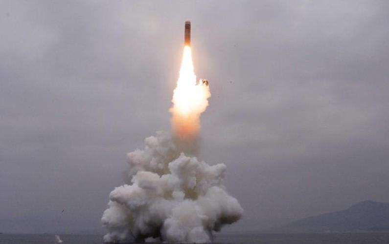 """كوريا الشمالية تؤكد نجاح إطلاق """"باليستي"""" جديد من غواصة"""