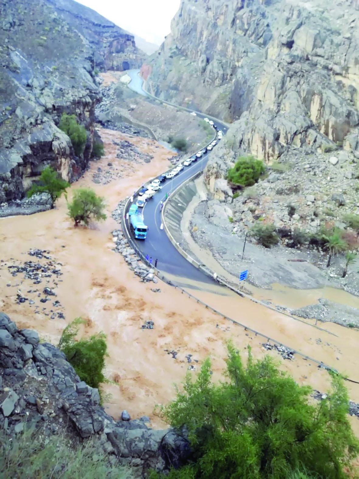 """بسبب الأمطار.. انقطاع الطريق العام لـ""""الجبل الأخضر"""""""