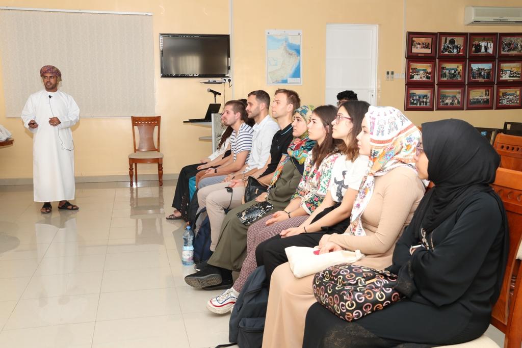 """38 طالبا دوليا في برنامج """"اللغة العربية"""" بالسلطنة"""