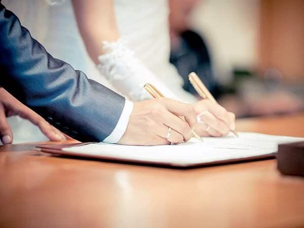 أكثر من 1000 عماني يطلبون الزواج من الخارج.. من بينهم 61 عمانية