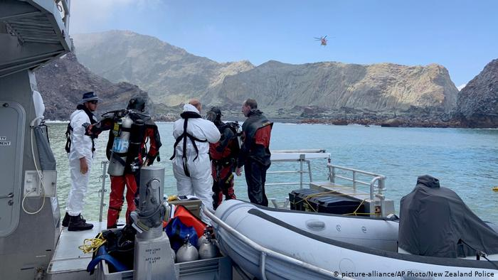 New Zealand: Divers search for last missing bodies after volcano eruption