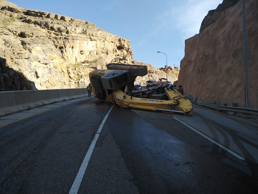 Overturned truck disrupts traffic in this road in Oman