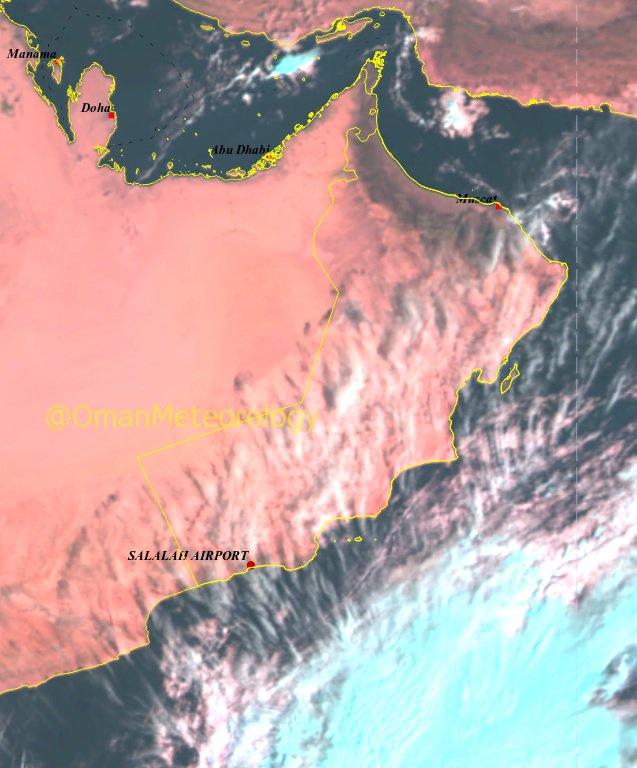 صورة جوية توضح تدفق السحب على معظم محافظات السلطنة