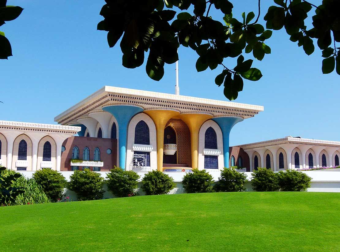 جلالة السلطان هيثم بن طارق و العائلة المالكة يستقبلون المعزين بقصر العلم لمدة 3 أيام
