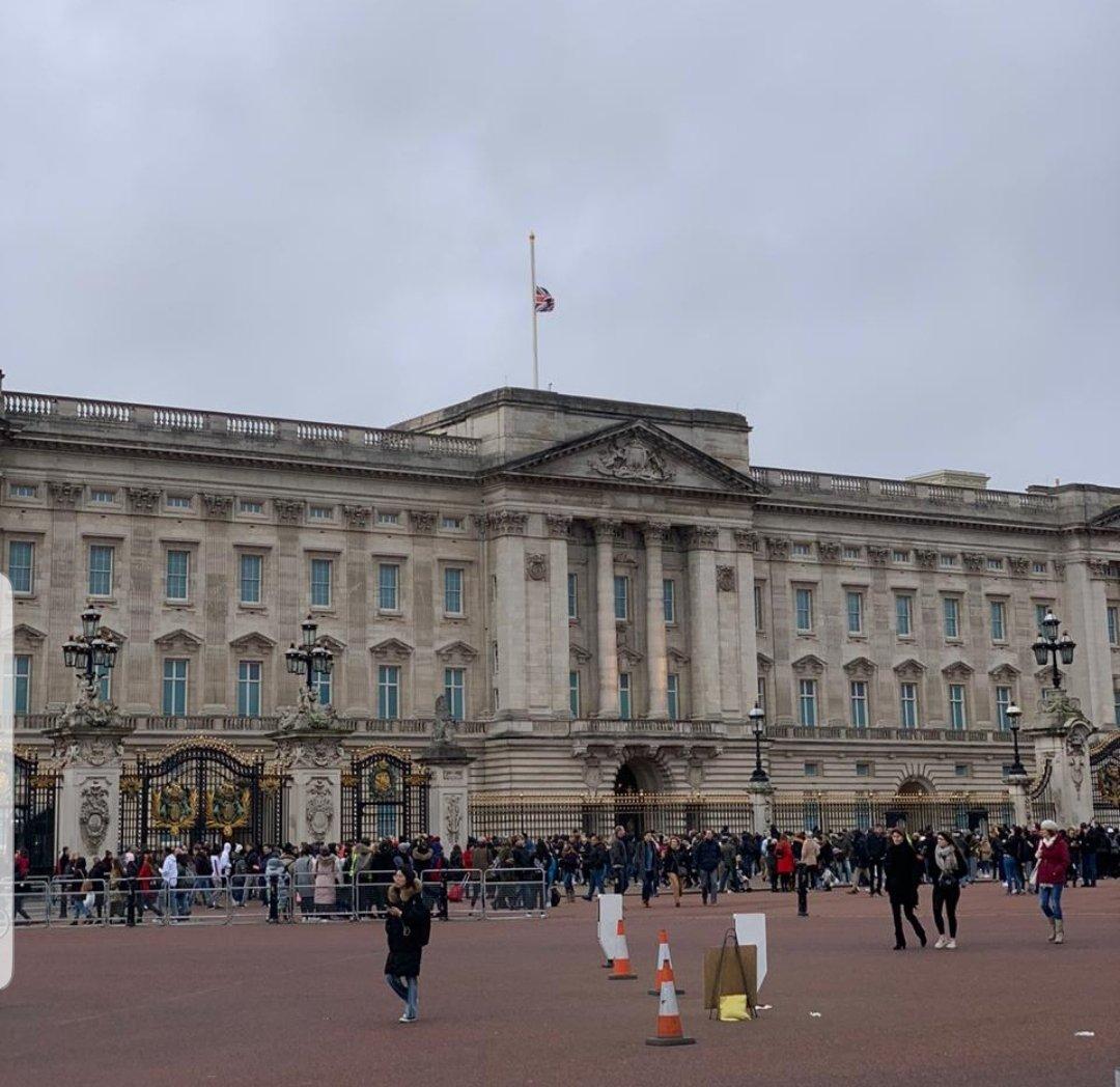 بريطانيا تنكس أعلام المبانى الملكية والحكومية نصفيا حدادً على جلالة السلطان قابوس