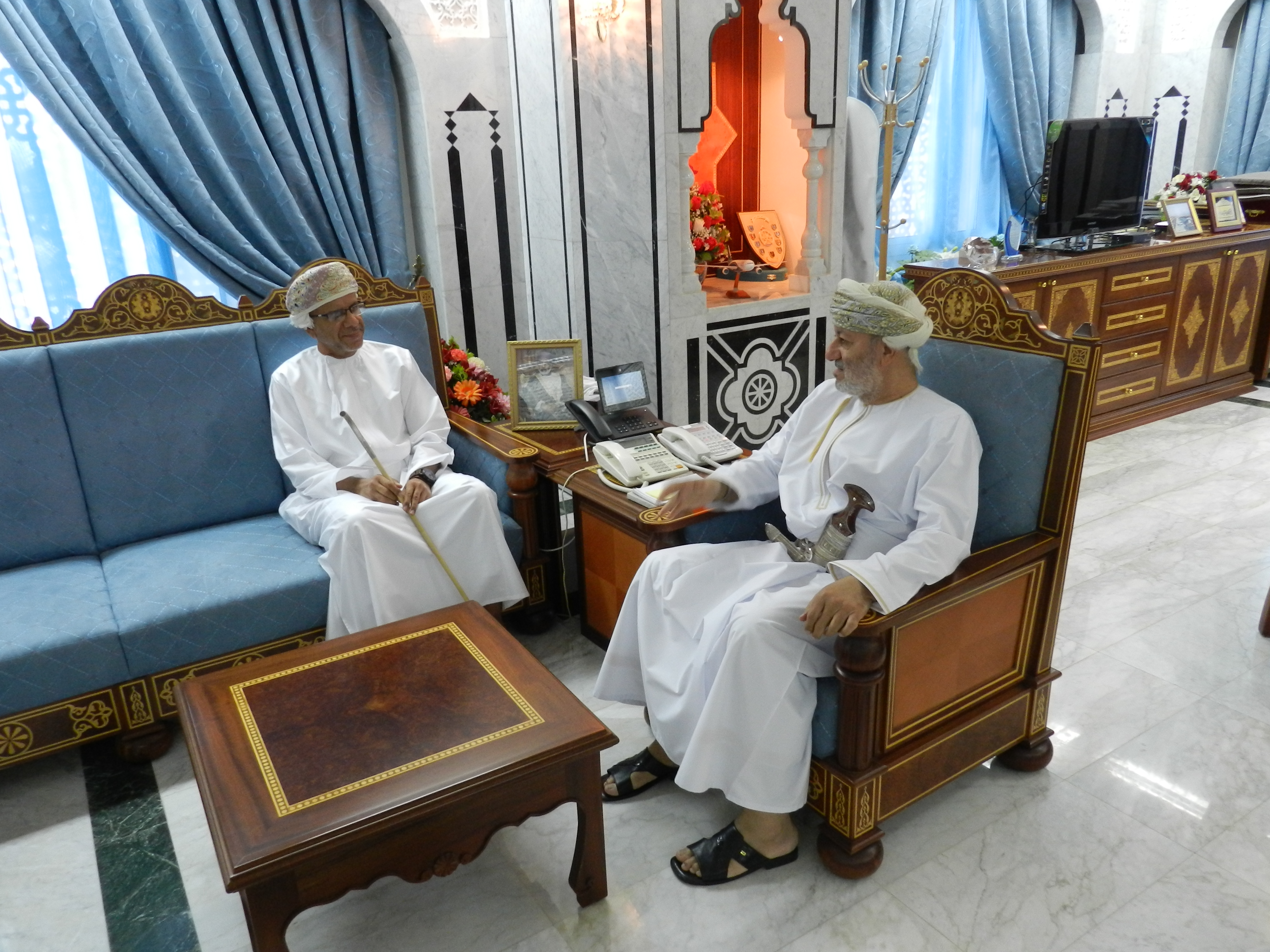 وزير الدولة ومحافظ ظفار يستقبل الرحالة العماني أحمد باعمر
