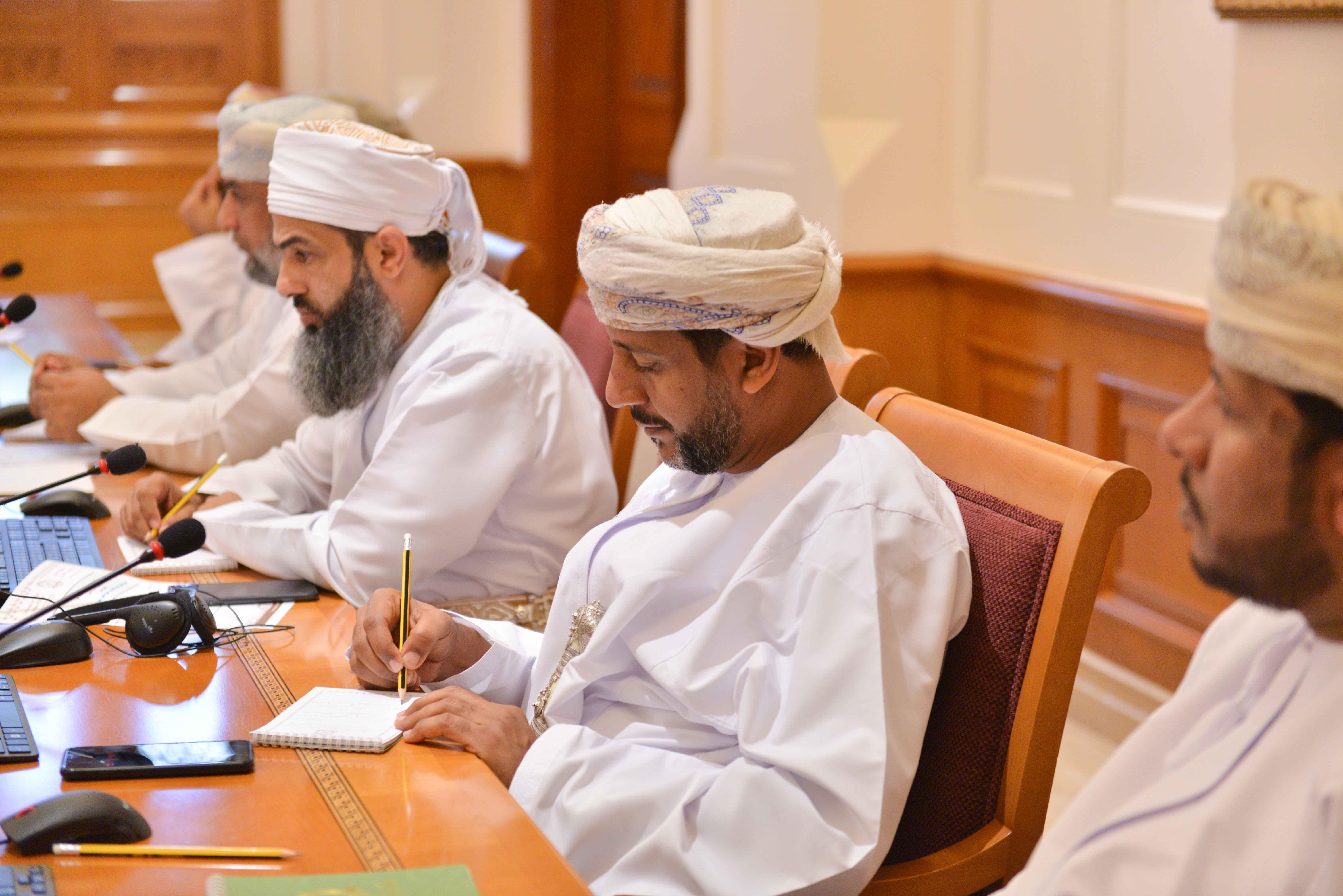 """حول ظاهرة تسريح العمال العمانيين.. """"شبابية الشورى"""" تطالب بتعديل قانون العمل"""
