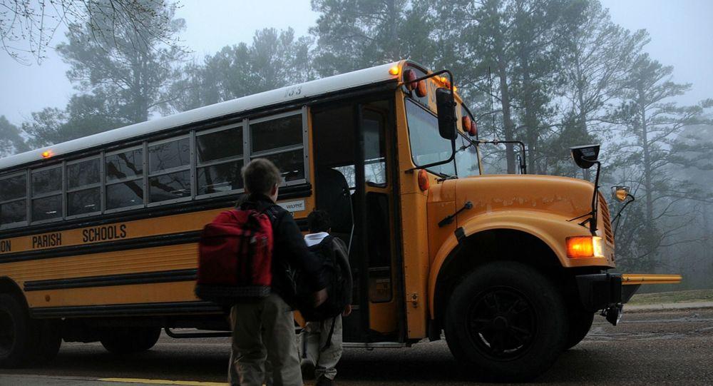 مشاهد مروعة لحظة تعرض حافلة مدرسية لحادث وانقلابها.. فيديو