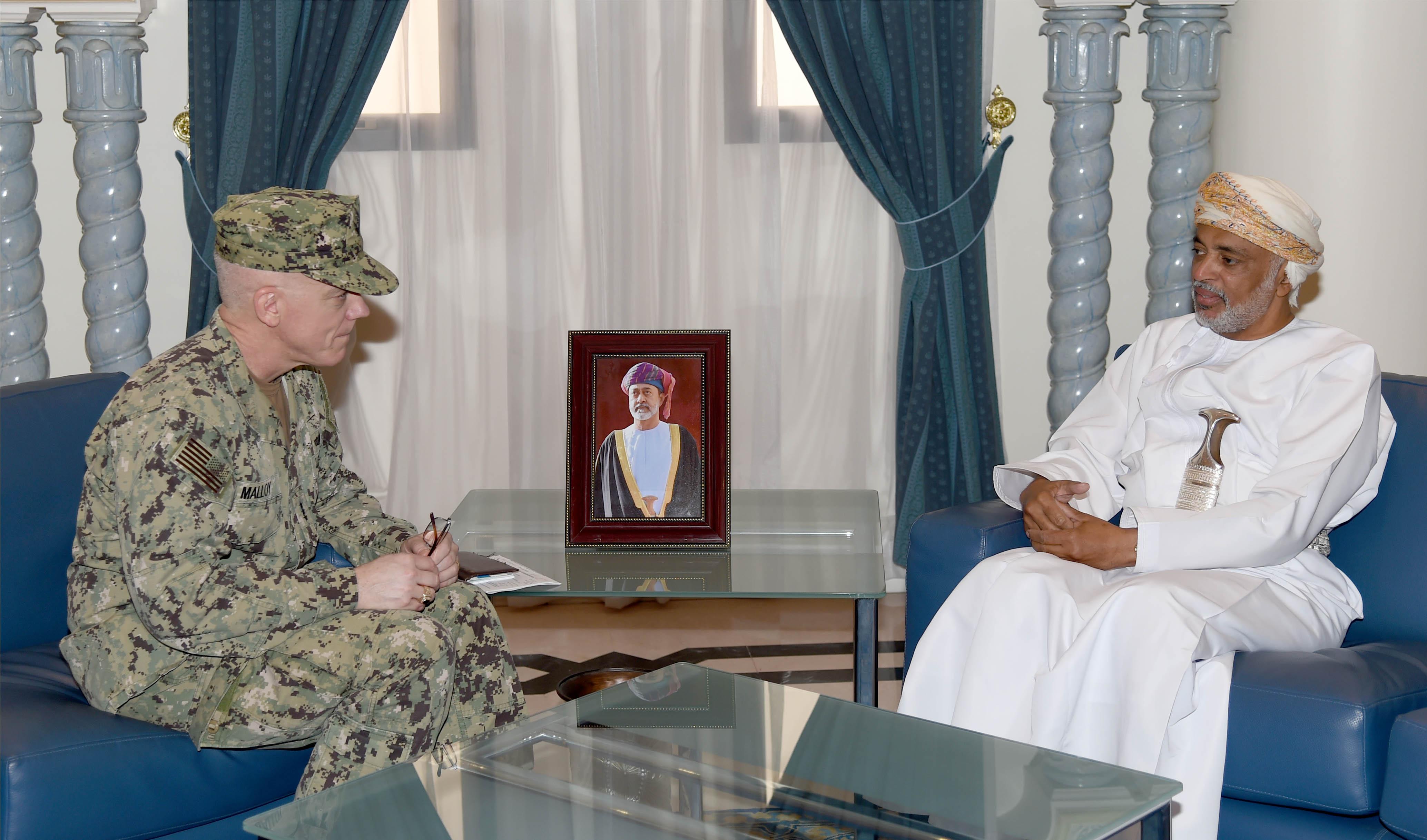 قائد البحرية السلطانية يستقبل قائد القيادة المركزية للقوات البحرية الأمريكية