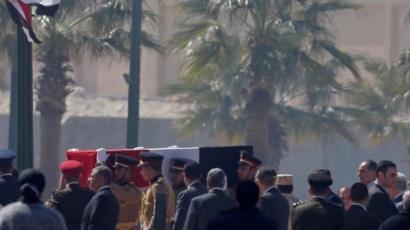 """مدرس مصري يلقي بنفسه من الطابق الخامس حزنا على وفاة """"حسني مبارك"""""""