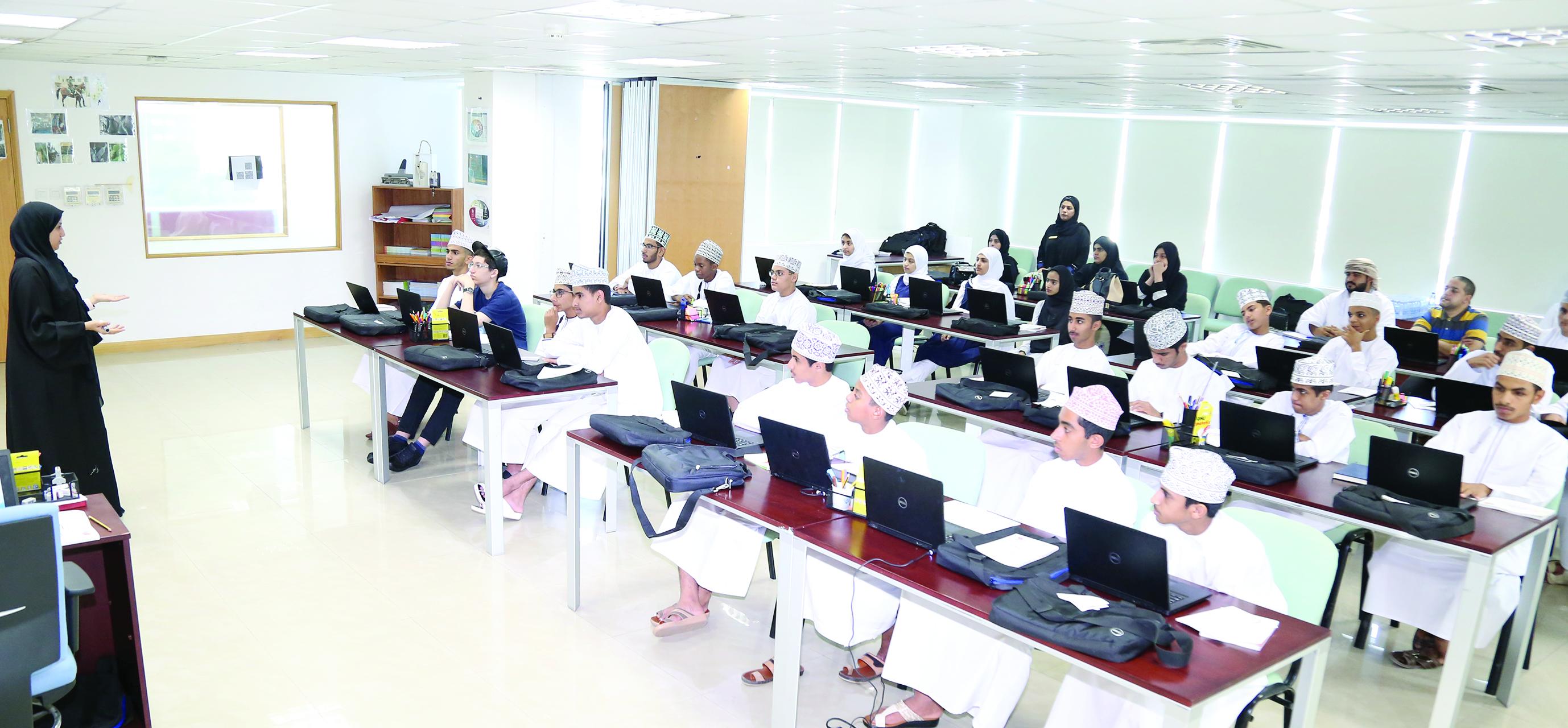 """""""التربية والتعليم"""" تدرب 30 طالباً في برنامج أولمبياد عمانتل للبرمجة"""