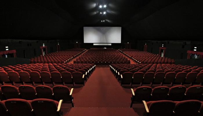 """اللجنة العليا للتعامل مع """"كورونا"""" توصي بعدم ارتياد دور السينما"""