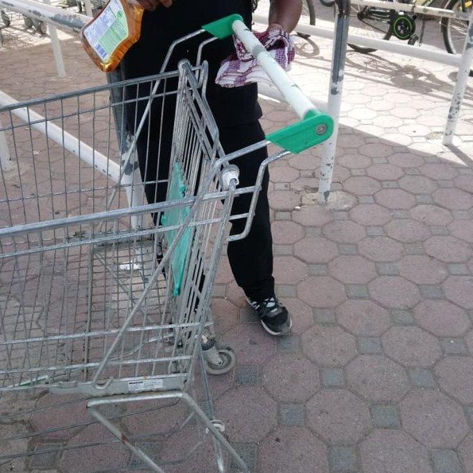 بلدية مسقط تعقم عربات التسوق