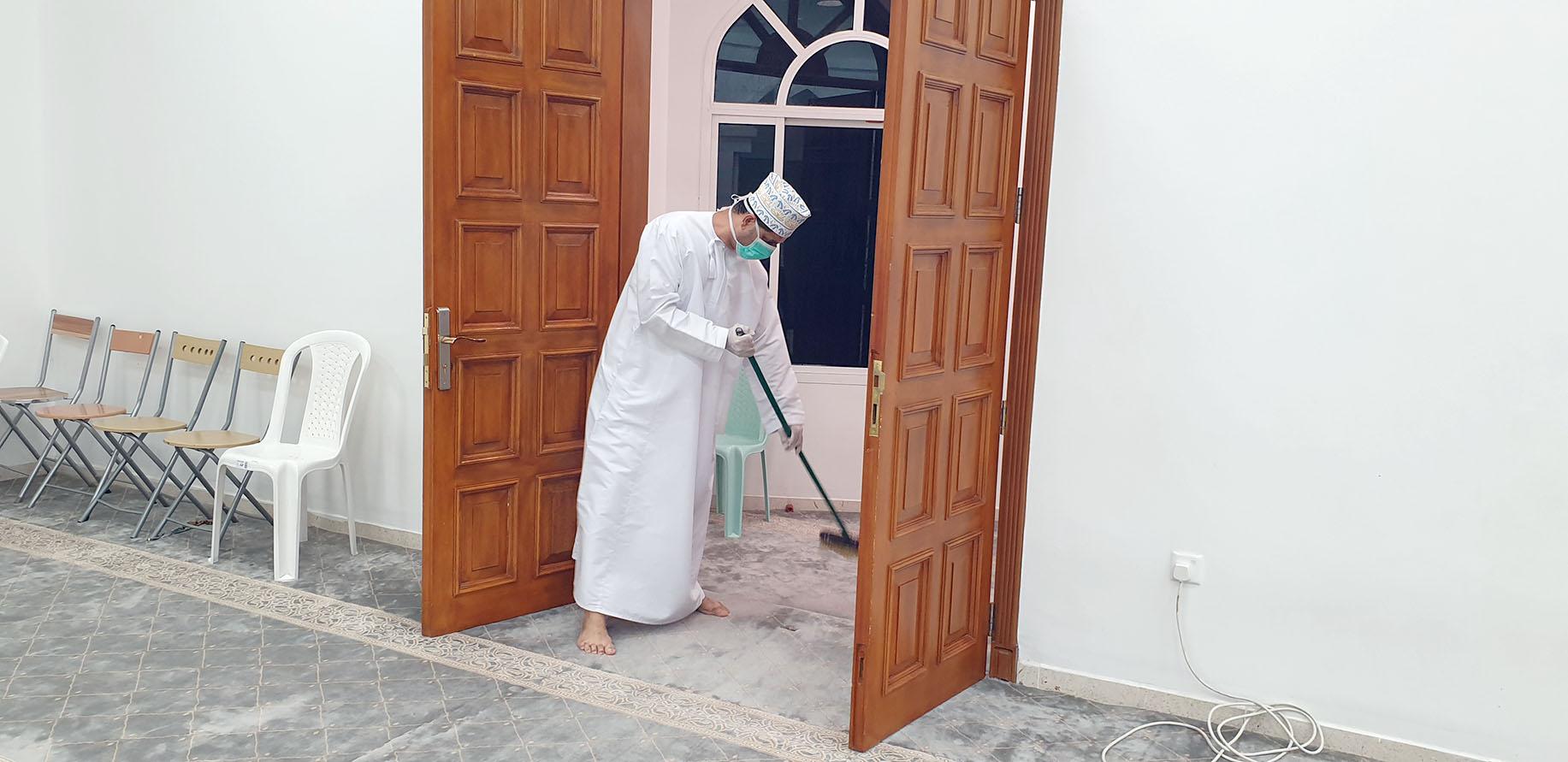"""بمشاركة اكثر من 400 متطوع .. حملة كبرى لتنظيف وتعقيم مساجد """"صور"""""""