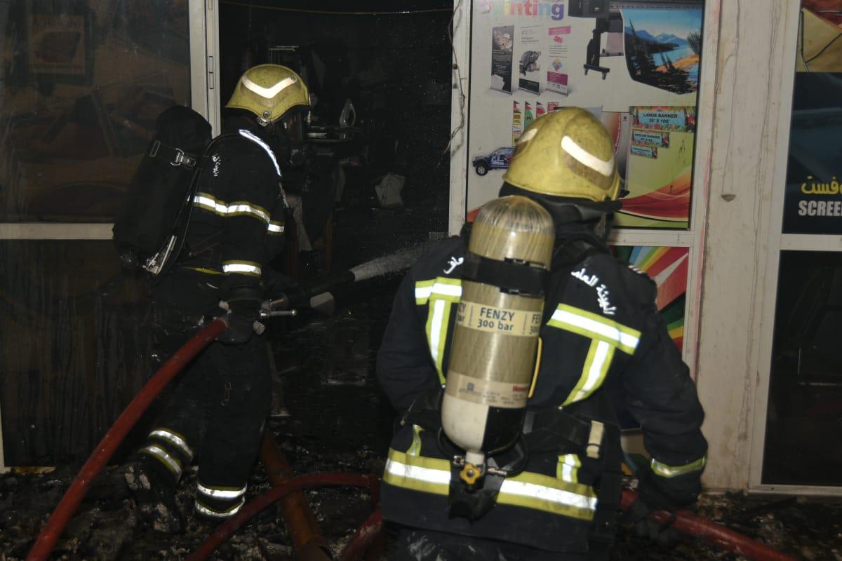 """بالصور..بعد 20 ساعة.. فرق الإطفاء تواصل إخماد حريق """"المعولي"""" بالسيب"""