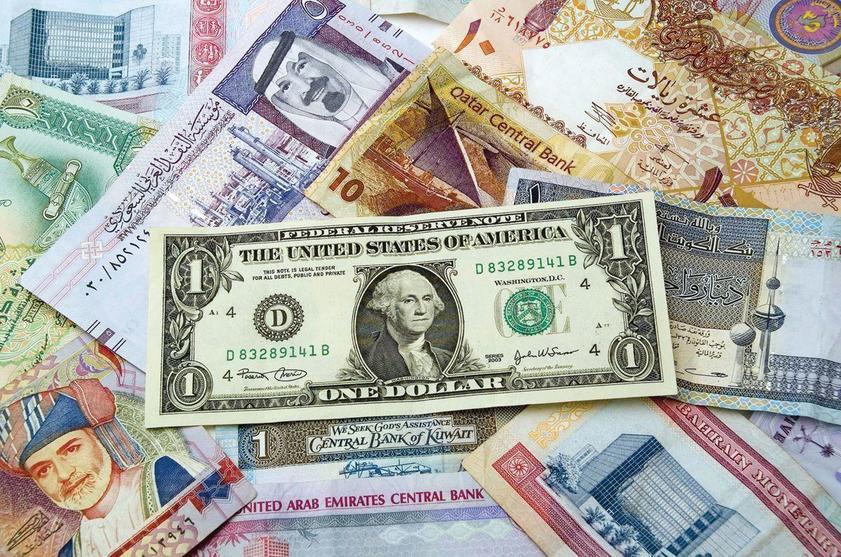 رغم هبوط أسعار النفط.. دول الخليج ستبقي على ربط عملاتها