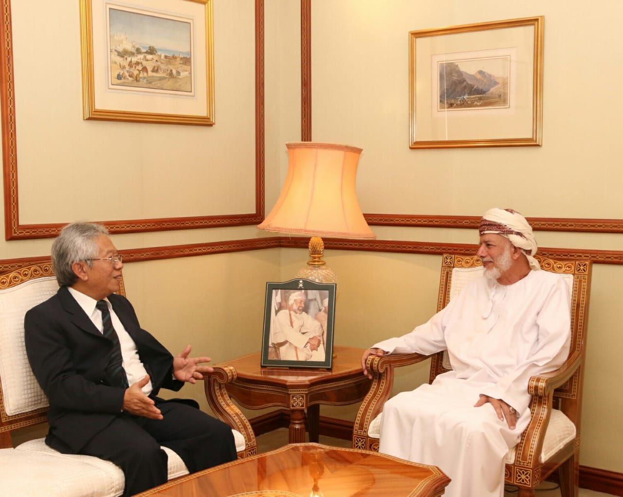 يوسف بن علوي يلتقي سفير إندونيسيا بمناسبة إنتهاء مهام عمله لدى السلطنة