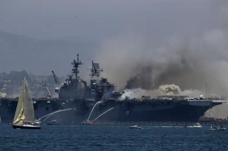 السبب مجهول.. حريق هائل في سفينة عسكرية بكاليفورنيا