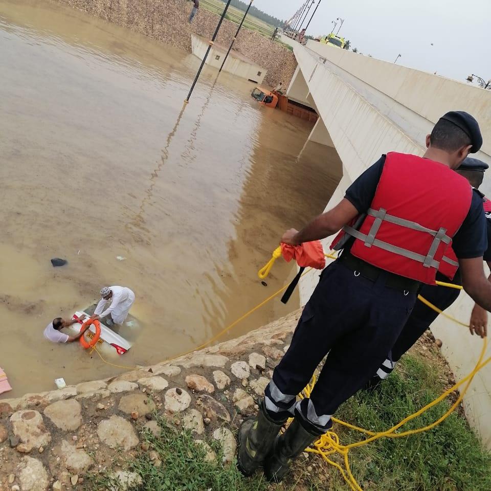 إنقاذ ثلاثة أشخاص من مجرى وادي بصلالة