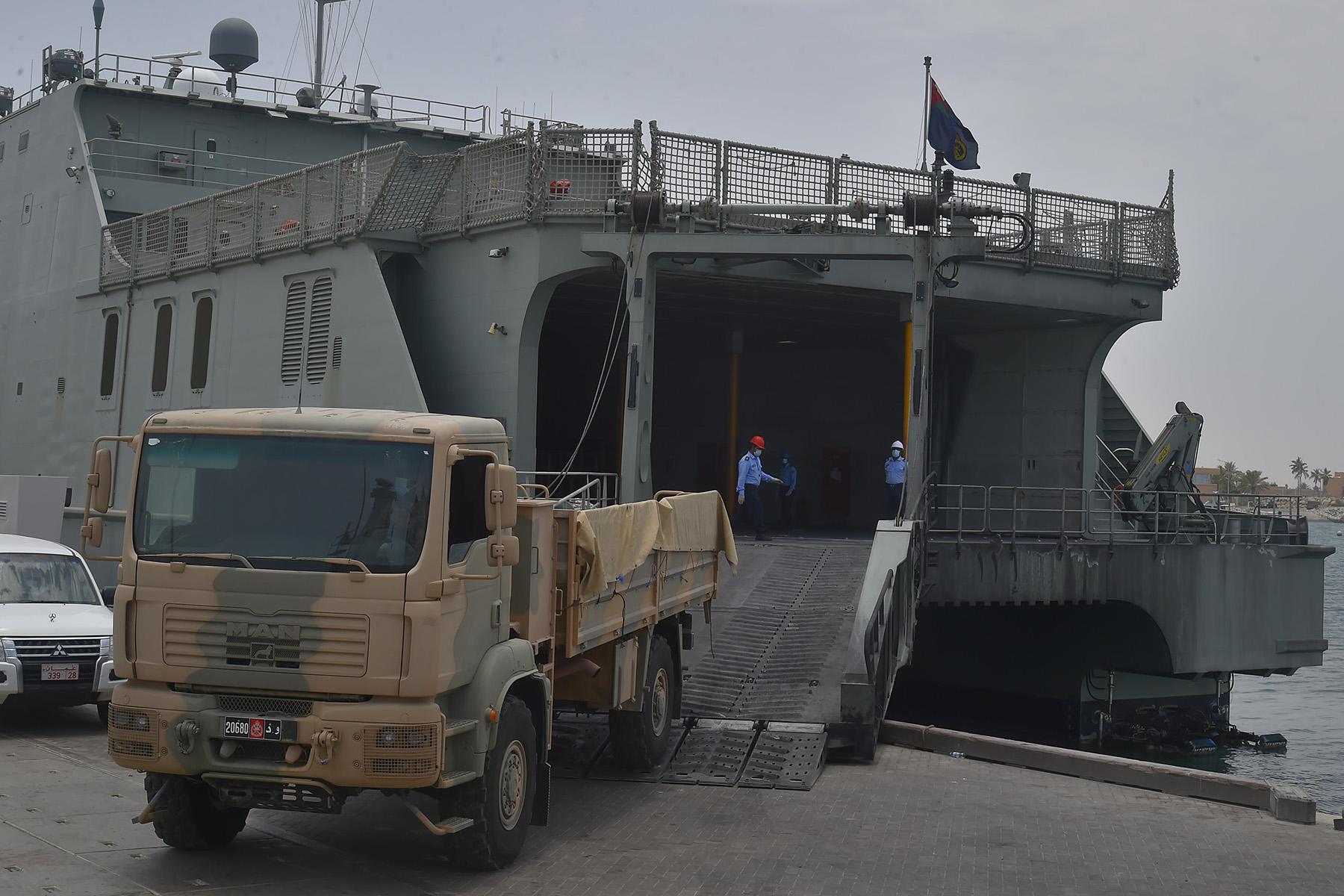 البحرية السلطانية تنقل شحنات متنوعة إلى مسندم