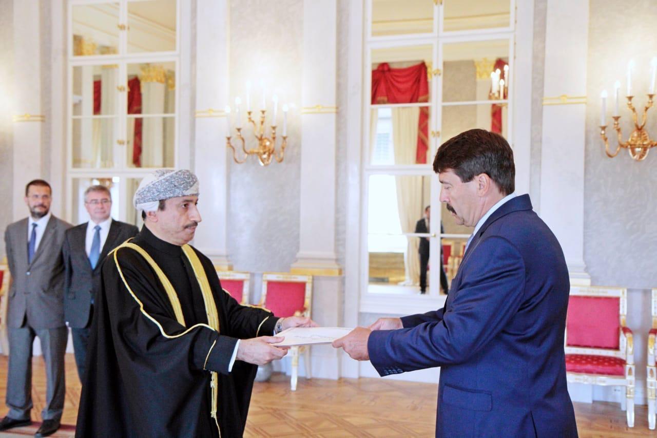 سفير السلطنة لدى المجر يقدم أوراق اعتماده