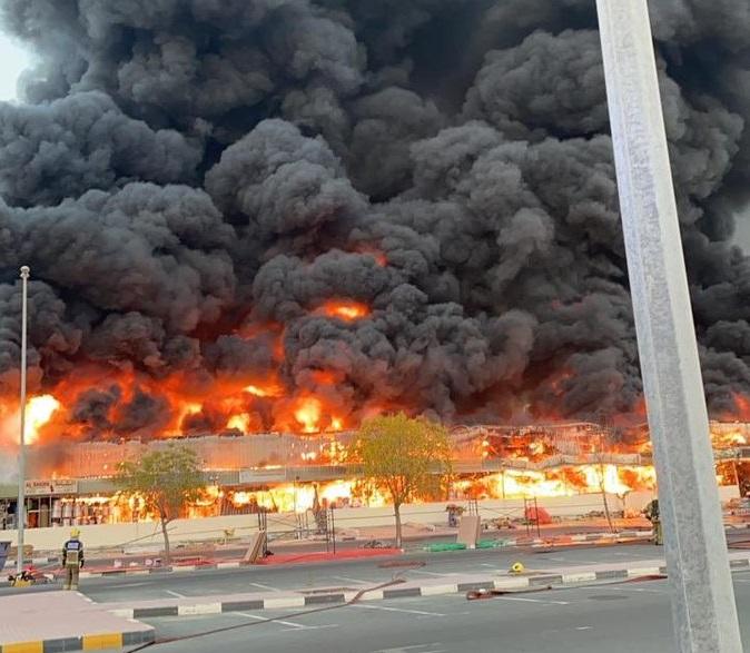 حريق ضخم في سوق شعبي بإمارة عجمان