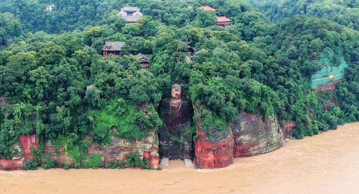 China floods: 100,000 evacuated, Leshan Buddha threatened