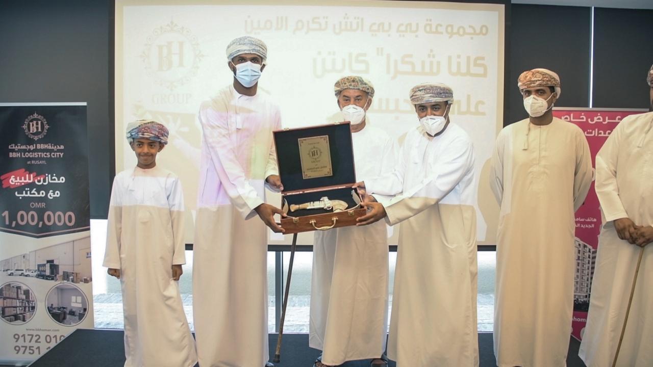 الدكتور خالد المطاعني يكرم الحارس الأمين علي الحبسي بشقة في مشروع المهلب وخنجر عماني كهدية رمزية