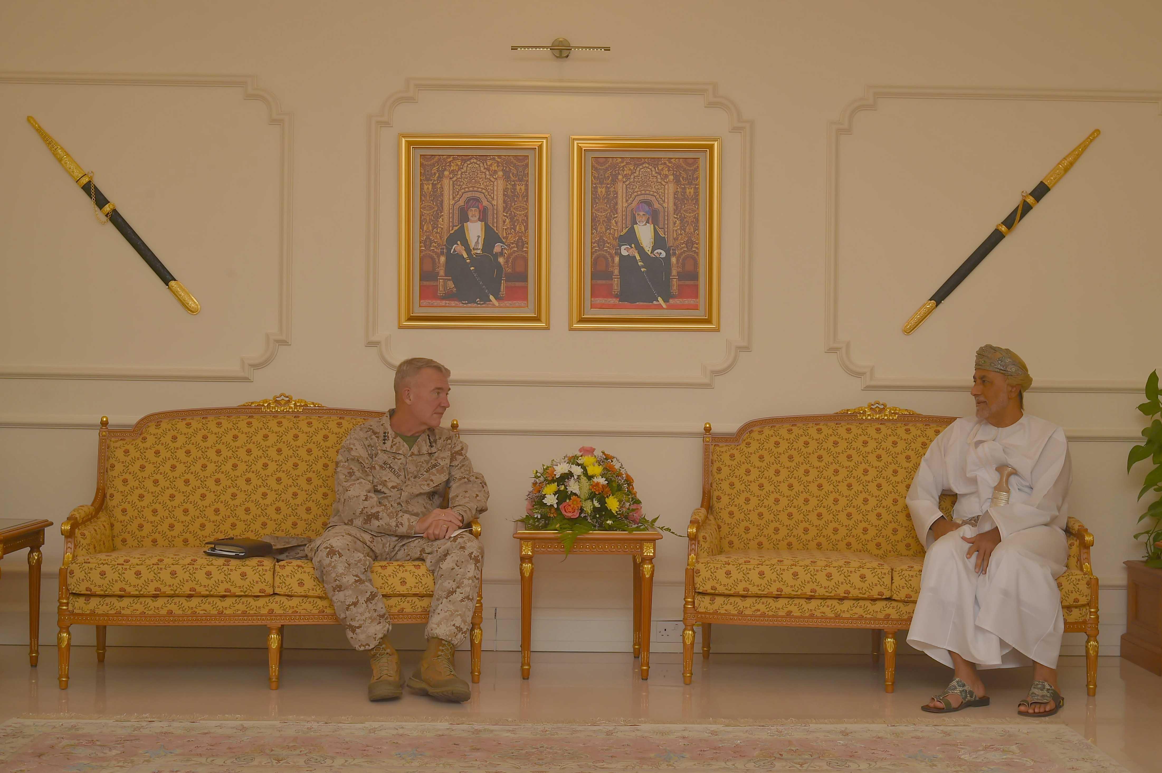 نائب رئيس الوزراء لشؤون الدفاع يستقبل قائد القيادة الوسطى الأمريكية
