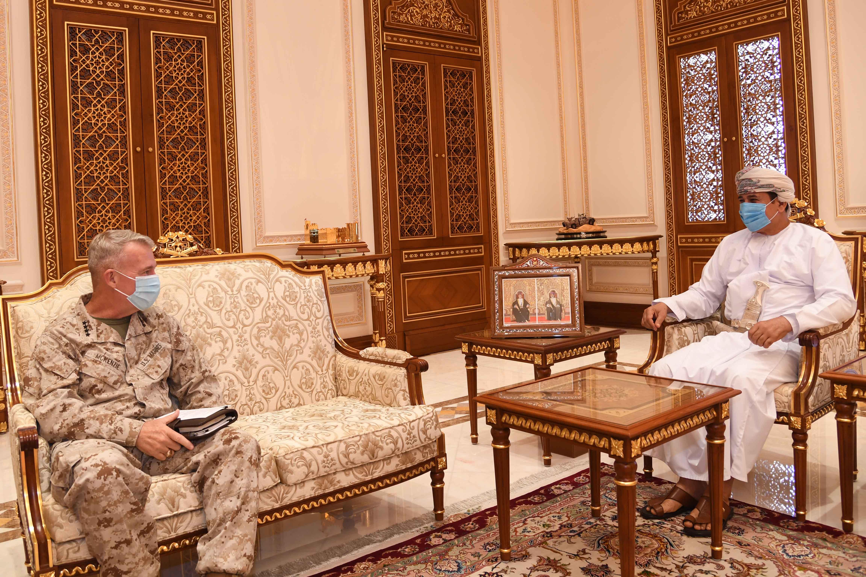 وزير المكتب السلطاني يستقبل قائد القيادة الوسطى الأمريكية