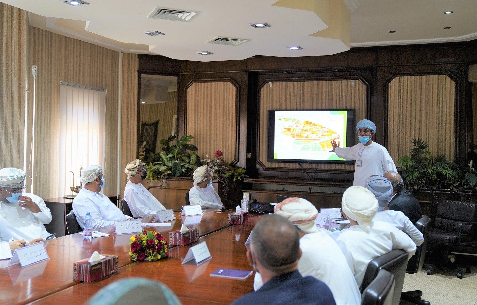 """وزير """"التجارة"""" يبحث سبل تعزيز الصناعة العمانية مع مجموعة من المستثمرين"""