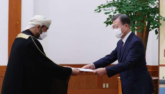 سفير السلطنة لدى كوريا يقدم أوراق اعتماده