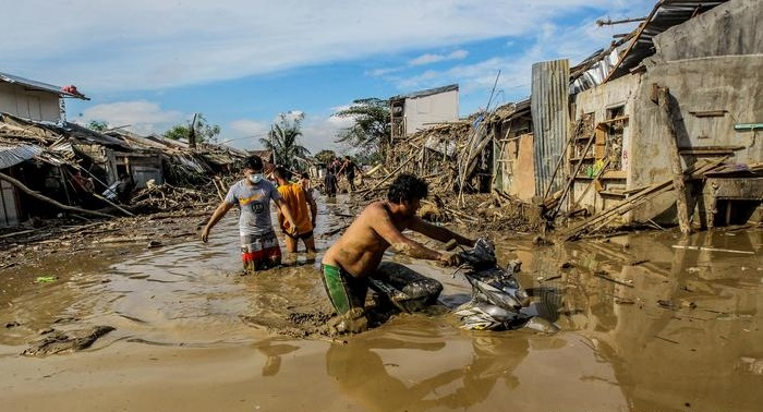 Storm Vamco hits Vietnam as Philippines death toll rises