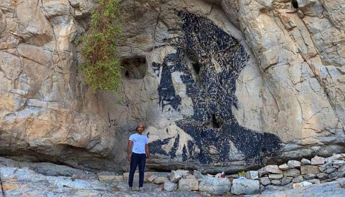 فنان ينقش صورة جلالة السلطان على جبال مسندم