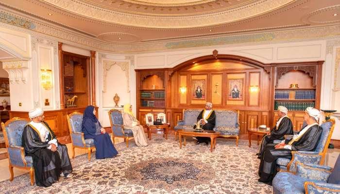 بالصور: وزير الديوان يسلم عدداً من الأوسمة لشخصيات عمانية