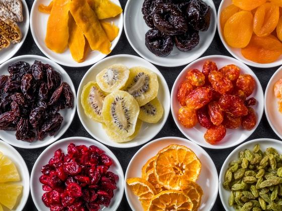 الفاكهة المجففة.. وجبة خفيفة غنية بالعناصر الغذائية