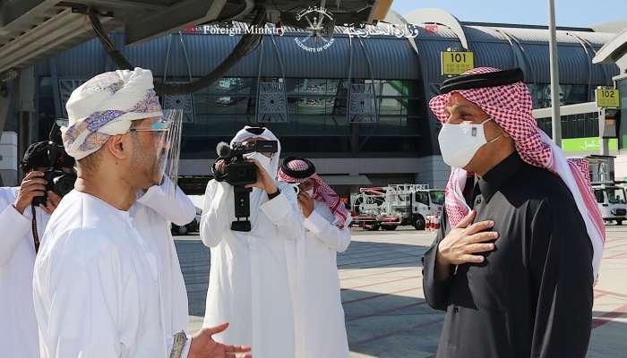 وزير الخارجية القطري يصل إلى السلطنة