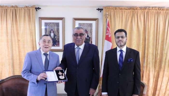 جلالة السلطان يمنح وسام النعمان من الدرجة الثانية  للقنصل الفخري للسلطنة لدى الفلبين