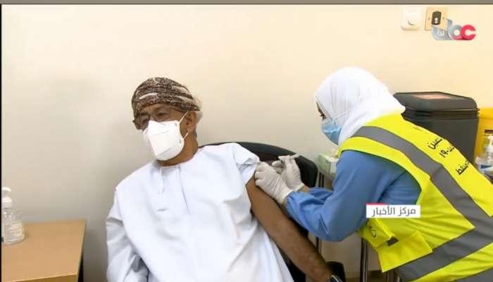 بالفيديو: وزير الصحة يتلقى أول جرعة من لقاح فايزر