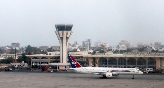 Explosions as new Yemeni government arrives at Aden airport