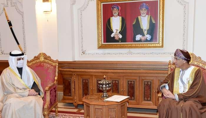 تسلّمها السيد فهد بن محمود.. رسالة خطية من أمير الكويت إلى جلالة السلطان