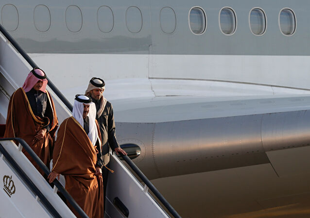"""ولي العهد السعودي يستقبل أمير قطر بـ""""الأحضان"""""""