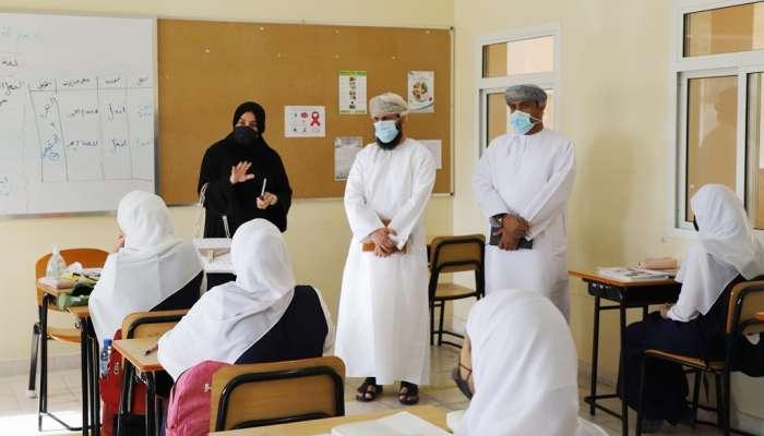 التربية والتعليم تتابع سير العملية التعليمية بمدارس ظفار