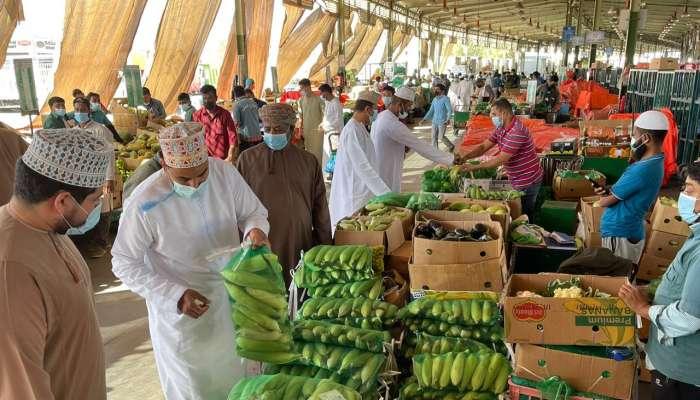 مع إعادة فتح السوق المركزي للخضروات والفواكه.. بلدية مسقط تدعو الجميع إلى التقيّد بالإجراءات الوقائية