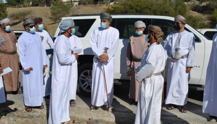 محافظ البريمي يستمع لتطلعات ورؤى المواطنين في قرى المحافظة